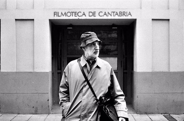 Paulino Viota saliendo de la Filmoteca de Cantabria