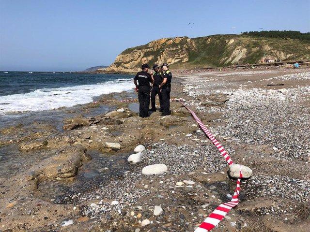 Zona de la playa Azkorri, en Getxo (Bizkaia), acordonada tras encontrarse un obús