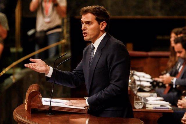 El presidente de Ciudadanos, Albert Rivera, interviene desde la tribuna del Congreso de los Diputados en la primera sesión del debate de investidura a la Presidencia del Gobierno.