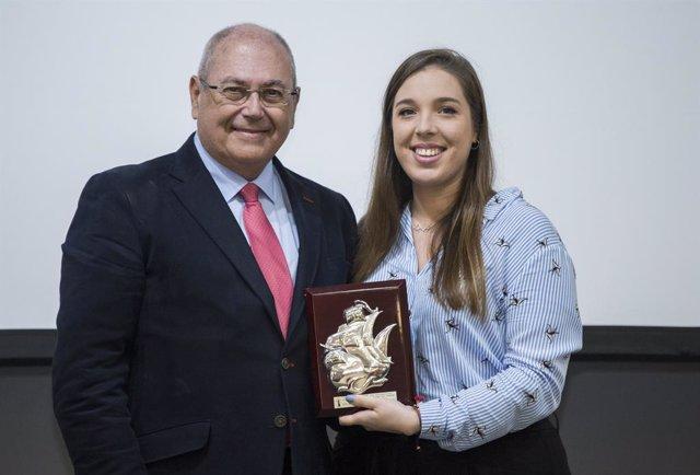 El presidente de la Fundación de Atlantic Copper, Antonio de la Vega, entrega el premio al mejor corto en el Festival de Cine.