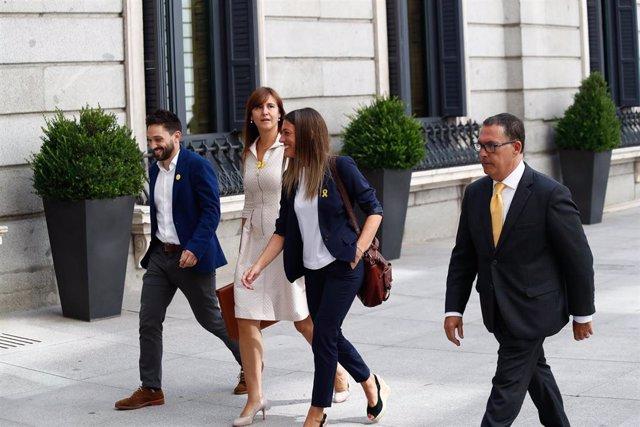 La portavoz de Junts per Cataluña en el Congreso, Laura Borràs (2i) y la Vicepresidenta del PDeCAT, Míriam Nogueras i Camero (3i), llegan a la primera sesión del debate de investidura del candidato socialista a la Presidencia del Gobierno.
