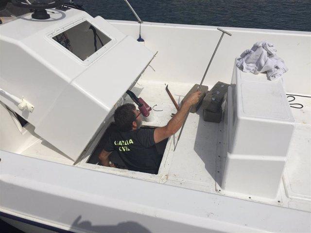 Un agente registra la embarcación interceptada