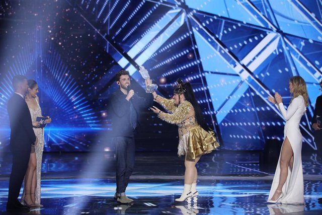 dpatop - 19 May 2019, Israel, Tel Aviv: Duncan Laurence from the Netherlands receives his trophy from last year's winner Netta Barzilai at the final of the 2019 Eurovision Song Contest. Photo: Ilia Yefimovich/dpa