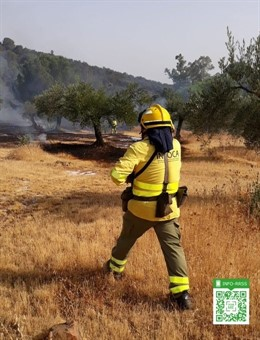 Un bombero forestal en el incendio de Espiel