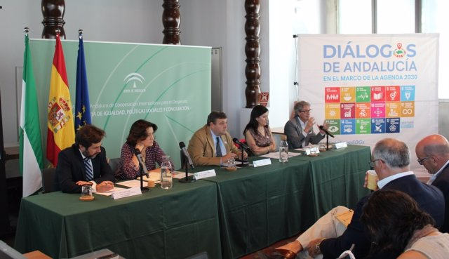 El viceconsejero de Igualdad, Políticas Sociales y Conciliación, Francisco José Martínez López, en la sede de la Agencia Andaluza de Cooperación Internacional para el Desarrollo (AACID)
