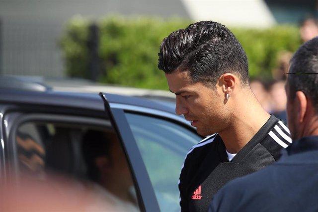 El jugador portugués de la Juventus Cristiano Ronaldo abandona un centro médico antes de un entrenamiento en Turín