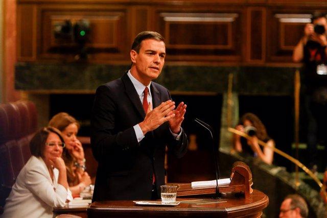 El president del Govern en funcions i candidat del PSOE a la reelecció, Pedro Sánchez, dóna la rèplica al discurs del president del PP, durant la primera sessió del debat d'investidura a la Presidència del Govern al Congrés dels Diputats