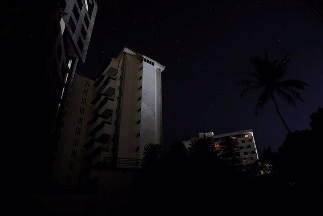 Edificio de apartamentos durante un apagón en Caracas