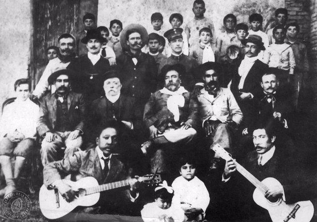 Gabino Ezeiza y un grupo de payadores