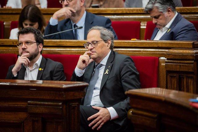 El vicepresident i conseller d'Economia i Hisenda de la Generalitat de Catalunya, Pere Aragonés (1i) i el president de la Generalitat de Catalunya, Quim Torra (2i), durant el ple del Parlament de Catalunya.