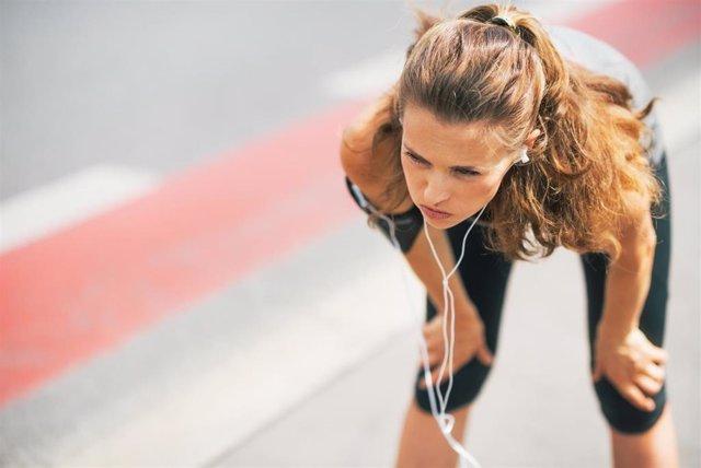 Una chica descansa después de correr