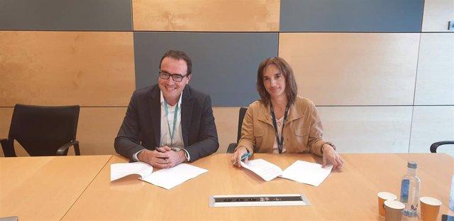 De izquierda a derecha, Abel Delgado, director general de Tunstall Healthcare en el Sur de Europa y Marisa Urquía, directora de empresas de Telefónica España.