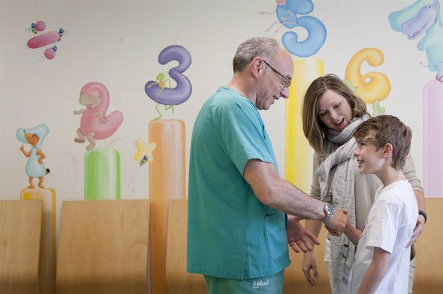 Médico, paciente, niño