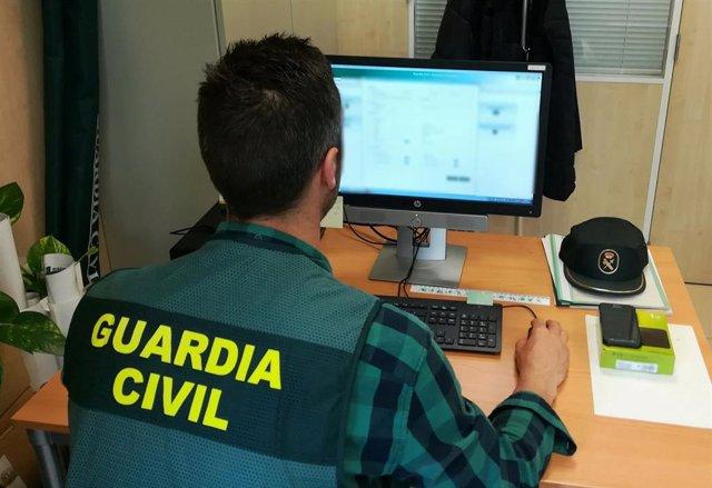 Agente de la Guardia Civil investigando en la operación  'Parchoso'