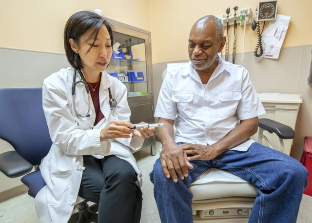 La Dra. Mary Rhee, médica investigadora de Atlanta VA y Emory University, habla sobre el uso de un glucómetro con el paciente de VA Joseph Fields.