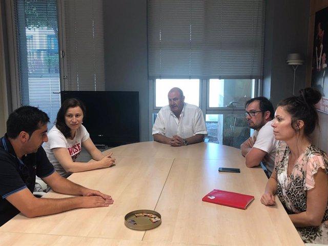 Antonio Rodes preside la mesa en una reunión con representantes de Getaway.