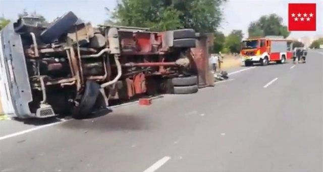 Un herido leve tras chocar contra un vehículo al distraerse mirando un camión que había volcado en el carril contrario en Alcalá de Henares
