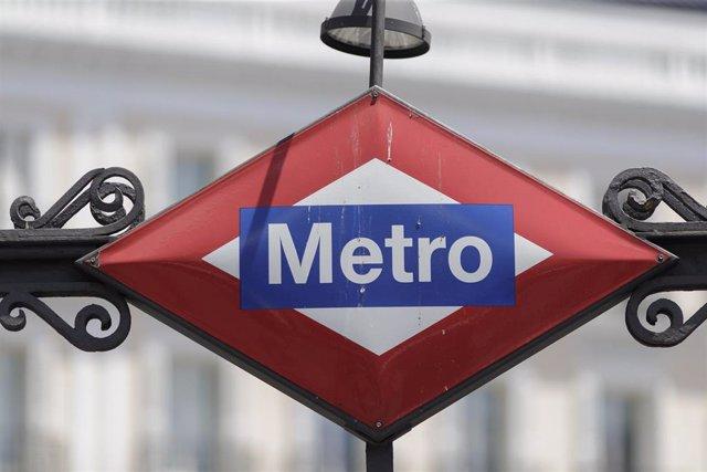 Imagen de archivo de un cartel de Metro de Madrid en una estación de la capital.