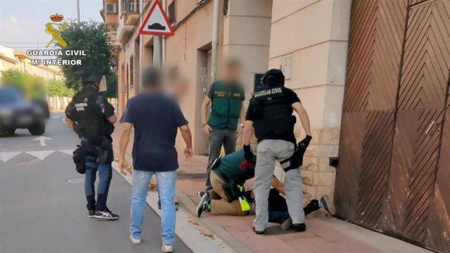 Imagen de la detención de uno de los dos atracadores por miembros de la Guardia Civil de La Rioja.