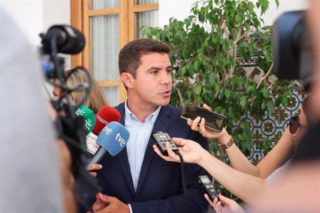 El portavoz parlamentario de Ciudadanos (Cs) en Andalucía, Sergio Romero, atiende a los medios.