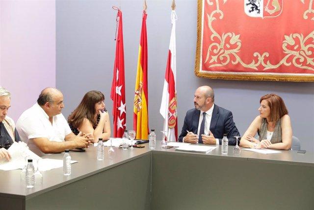El presidente en funciones de la Comunidad de Madrid, Pedro Rollán, se reúne con los alcaldes de Cadalso de los Vidrios, Cecinientos y Rojas de Puerto Real.