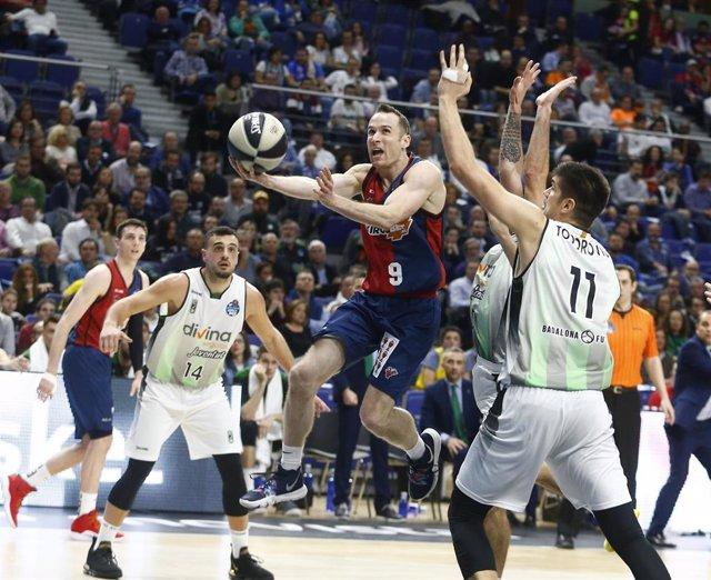 Marcelinho penetra ante el Joventut en un partido con el Baskonia
