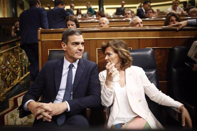 El presidente y la vicepresidenta del Gobierno en funciones, Pedro Sánchez y Carmen Calvo sentados en sus escaños del Congreso de los Diputados durante la segunda sesión del debate de investidura del candidato socialista a la Presidencia del Gobierno.