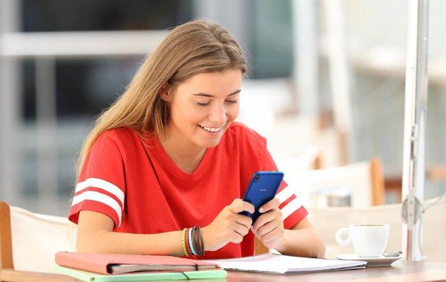 Adolescent amb mòbil