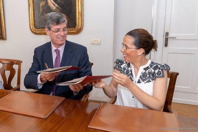Firma convenio de colaboración, que han suscrito este lunes la alcaldesa de Cartagena, Ana Belén Castejón, y el director de la Refinería de Repsol en Cartagena, Joaquín García-Estañ