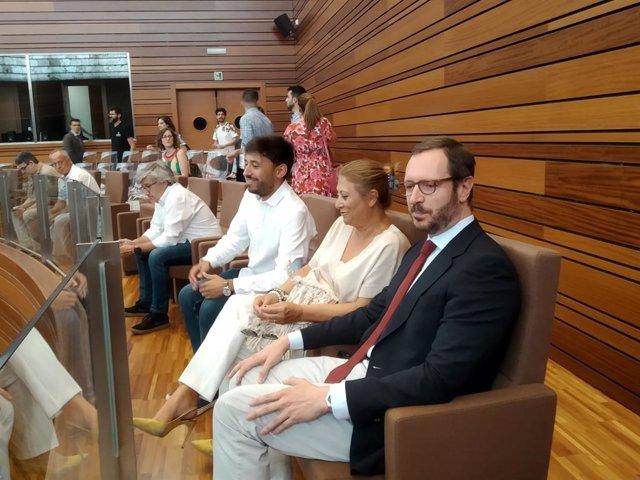 Los tres senadores autonómicos, Francisco Díaz y Teresa López (PSOE) y Javier Maroto (PP), siguen la votación desde la tribuna de invitados de las Cortes.