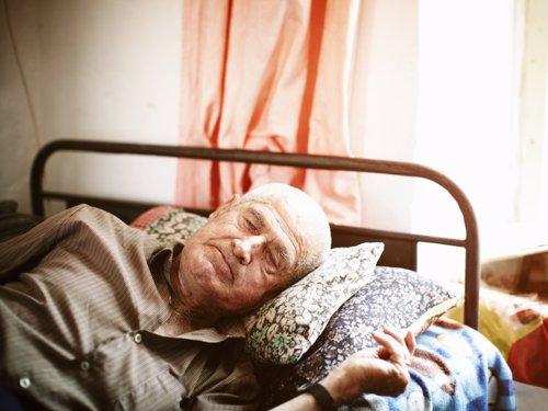 Una persona mayor descansa en su casa.