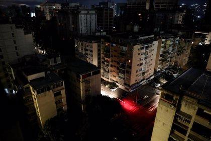 Caracas recupera el servicio eléctrico pero otras zonas de Venezuela siguen sin luz