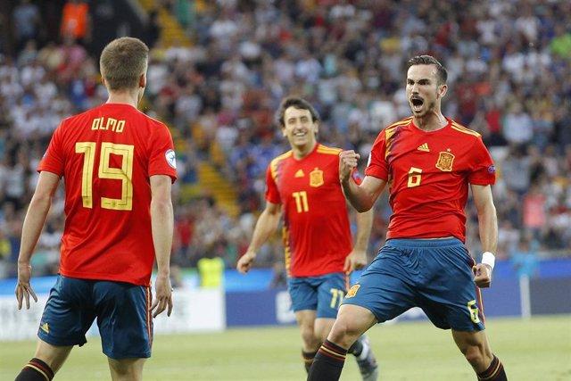 Fabián Ruiz celebra junto a Dani Olmo y Mikel Oyarzabal el 1-0 en la final del Europeo Sub-21
