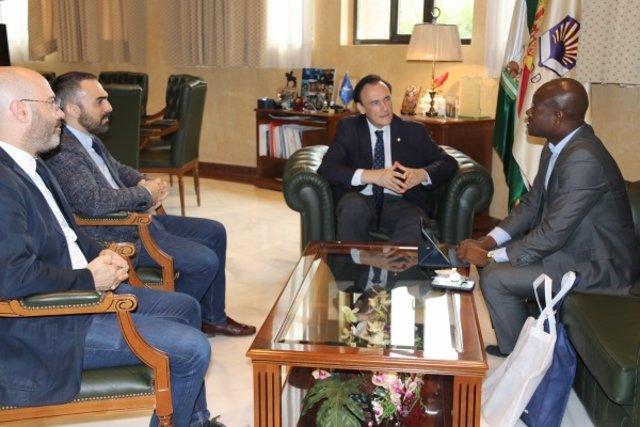 Villamandos (centro) y Sodansou (dcha.), durante el encuentro institucional celebrado en el Rectorado