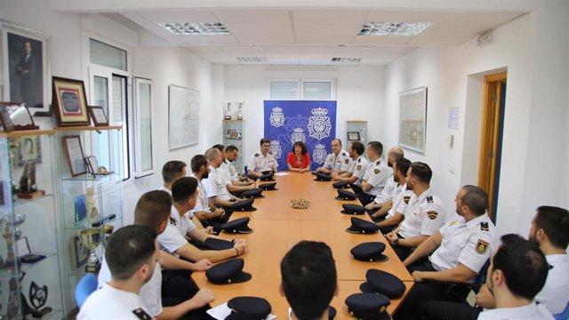 Valenzuela (centro), recibe a los nuevos policías nacionales
