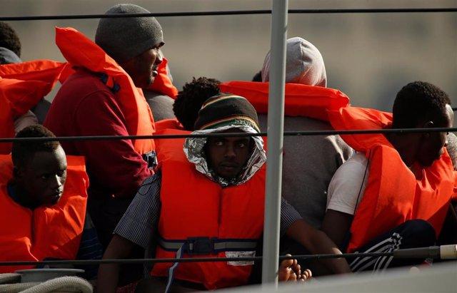 Migrantes rescatados por las Fuerzas Armadas de Malta en el mar Mediterráneo
