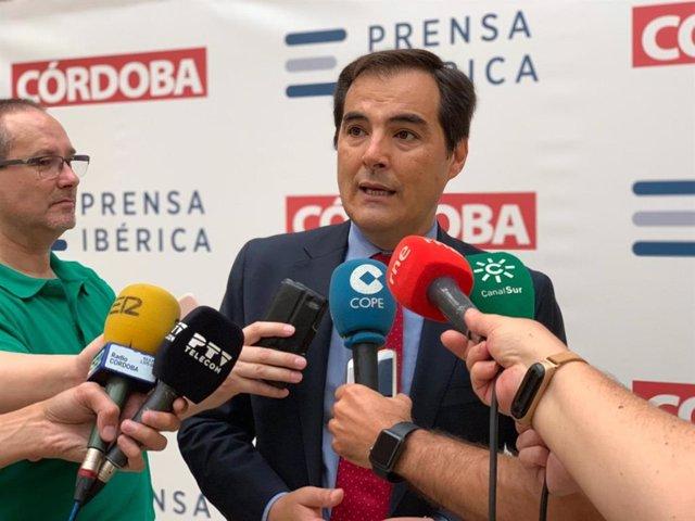 El portavoz del PP-A en el Parlamento de Andalucía, José Antonio Nieto, atiende a los periodistas en Córdoba.