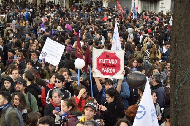 Profesores de Chile durante las manifestaciones para exigir mejoras en la educación.