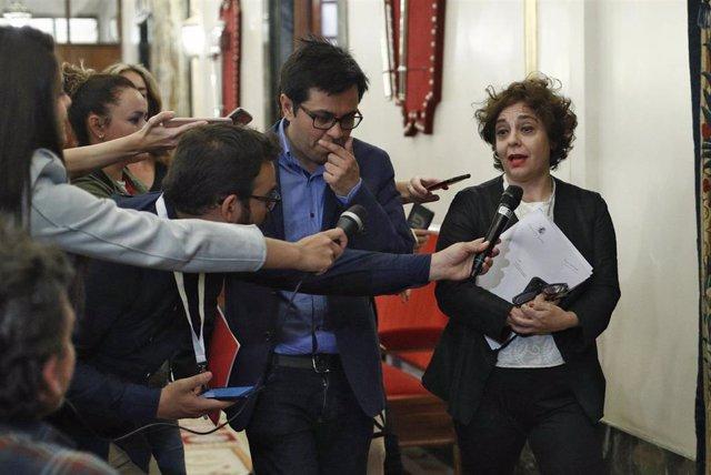 La vicepresidenta primera del Congreso de los Diputados, Gloria Elizo, ofrece declaraciones a los medios de comunicación antes de entraren la segunda reunión de la Mesa del Congreso de los Diputados de la XIII Legislatura.