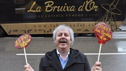 La Bruixa d'Or y abogados de la Ley de la Segunda Oportunidad regalan boletos de lotería a endeudados