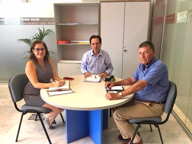 Tom Smulders con la concejal de Seguridad de San Bartolomé de Tirajana (Gran Canaria), Inés Rodríguez, y su asesor Juan Campos