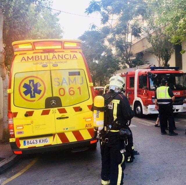Efectivos del SAMU y Bomberos trabajan en el incendio en una vivienda en S'Arenal de Llucmajor.