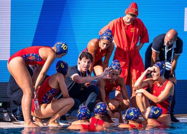 El seleccionador espanyol de waterpolo femení, Miki Oca, xerrada amb les jugadors durant un partit del passat Europeu