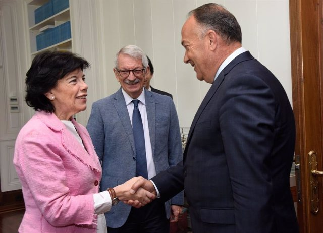 La ministra de Educación y Formación Profesional en funciones, Isabel Celaá, saluda al ministro de Educación, Ciencia y Desarrollo Tecnológico de la República de Serbia, Mladen Sarcevic, en presencia de Alejandro Tiana.