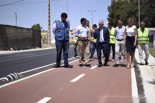 García y Amat recorren uno de los carriles bici habilitados