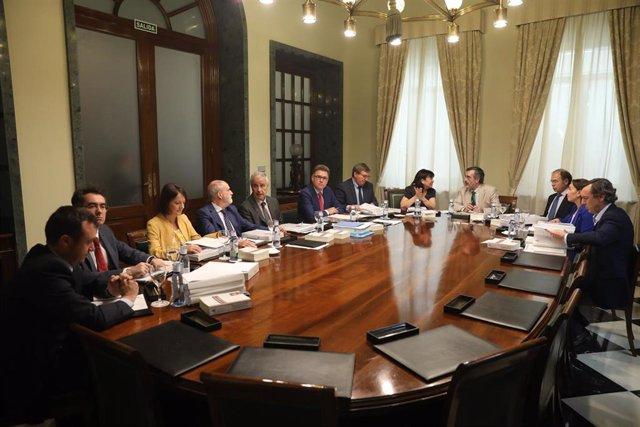 Reunión de los miembros de la mesa del Senado, a la cual han asistido:  El senador del PNV y secretario tercero de la mesa del Senado, Imanol Landa Jáuregui (6i); el senador del PSOE y secretario primero de la mesa del Senado, Fernando Martínez (7i); la