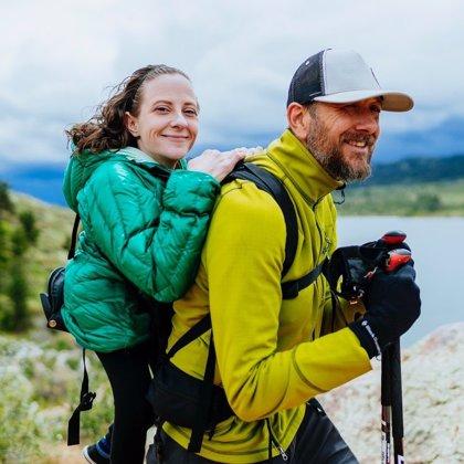 Esta pareja de excursionistas vence las adversidades para poder caminar juntos: él es ciego y ella no puede andar