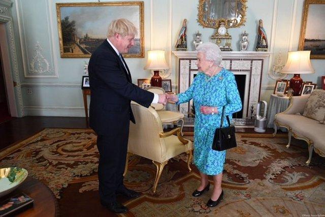 El nuevo primer ministro de Reino Unido, Boris Johnson, y la reina, Isabel II