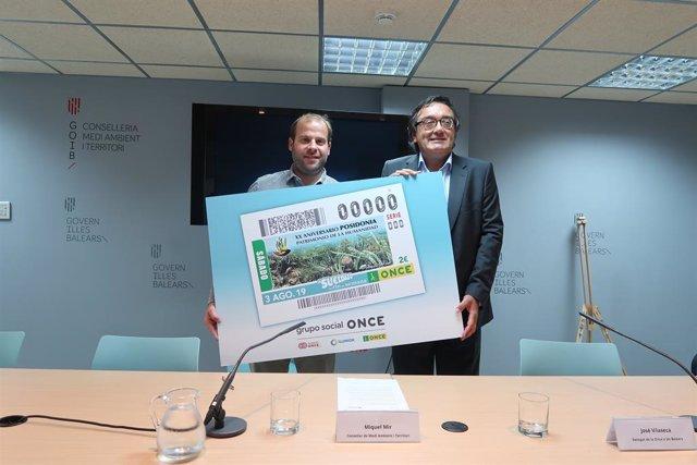 El conseller de Medi Ambient i Territori, Miquel Mir, i el delegat de la ONCE a Baleares, José Vilaseca.