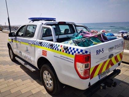 La Policía Local de Torrox (Málaga) reactiva en las playas la retirada de enseres